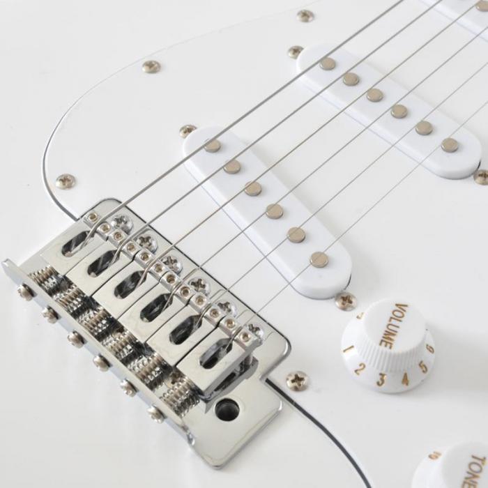 CAL63 E-Gitarre Erle/Ahorn-Korpus 22 Bünde Tremolo weiß
